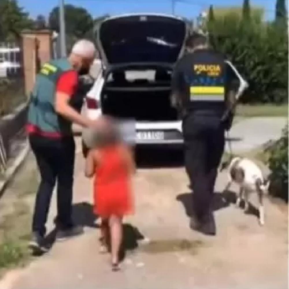 Abbandonano la bambina in lacrime insieme al suo cucciolo (VIDEO)