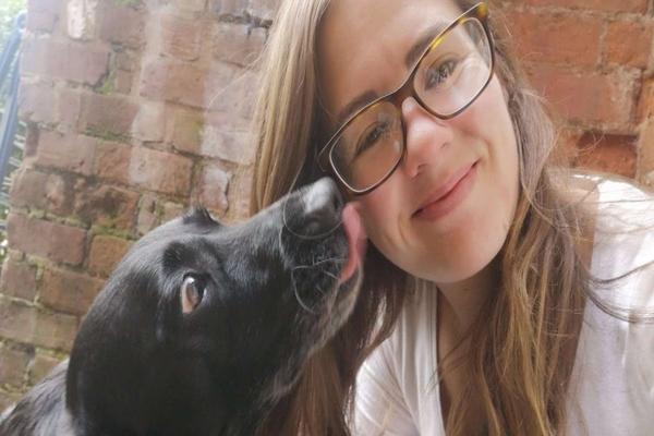 cane con una ragazza