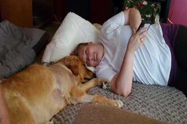 donna e cane sul letto