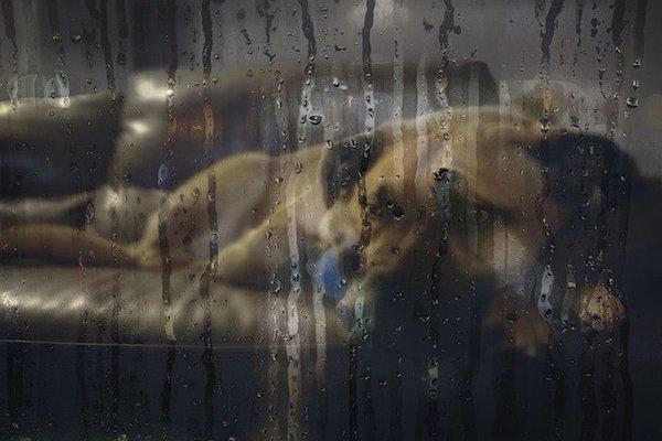 cucciolo di cane terrorizzato gocce d'acqua