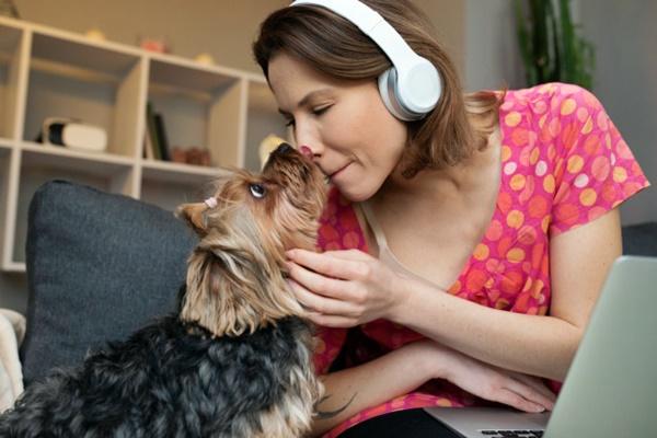 ragazza ascolta la musica insieme al suo cane