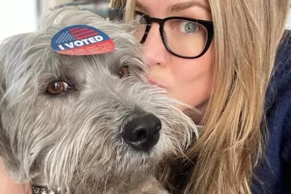 Jennifer Aniston ha adottato Chesterfield, un cucciolo di cane (VIDEO)