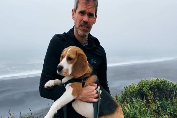 Il Beagle Oliver vede la nebbia per la prima volta (VIDEO)