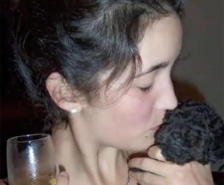 Benito, il cagnolino fedele che onora la memoria della madre (VIDEO)