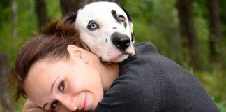 ragazza abbraccia il suo cane