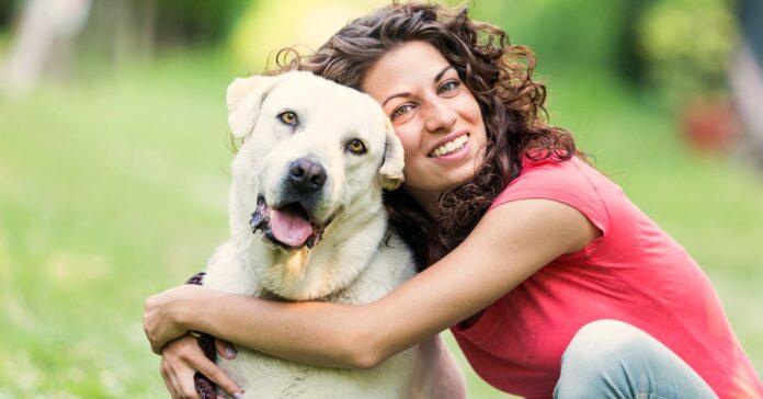 ragazza con un cane di taglia grande