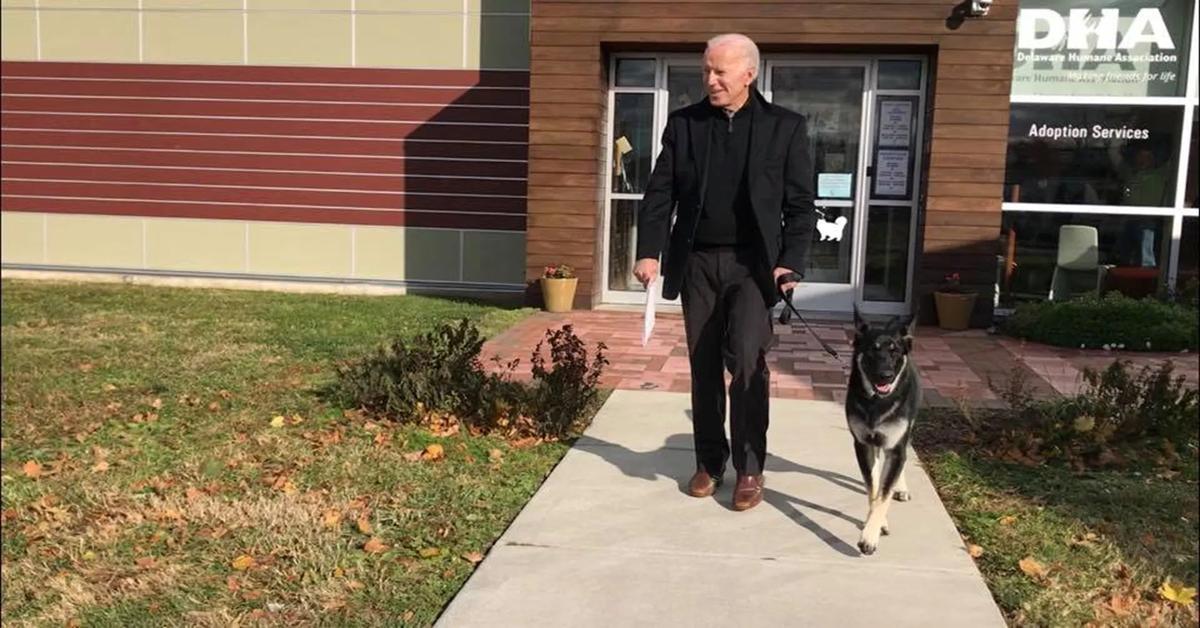 Major cammina con Biden