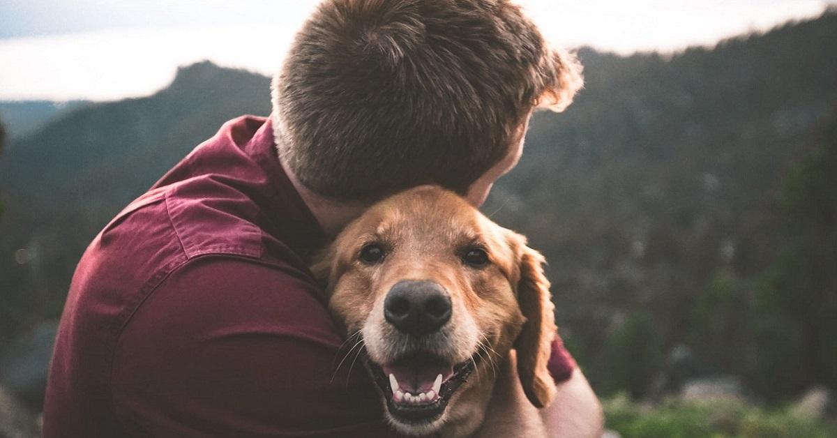 abbracciare cane anziano