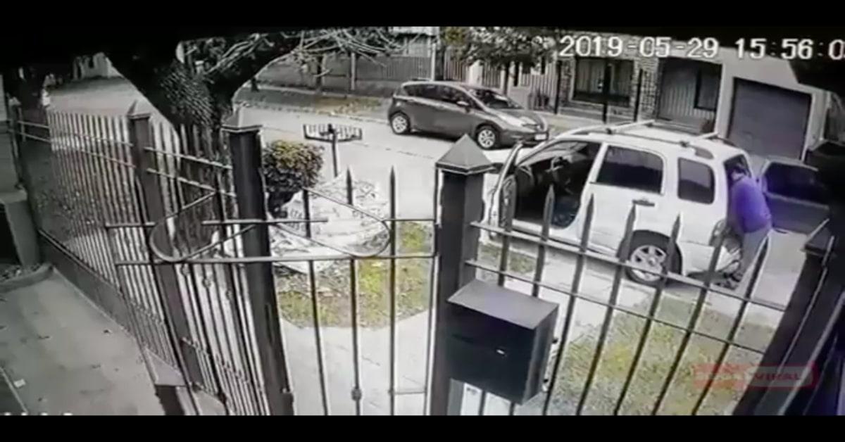 uomo sta per essere rapinato