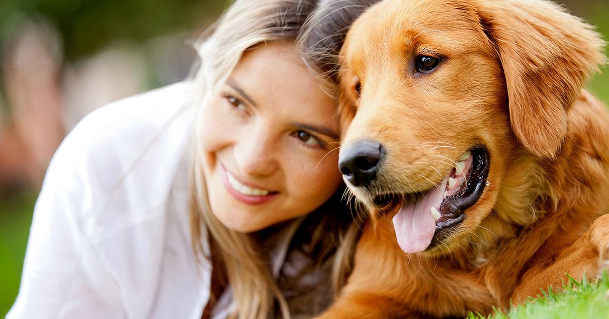 ragazza e cane golden retriever