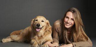 Cane e ragazza che si somigliano