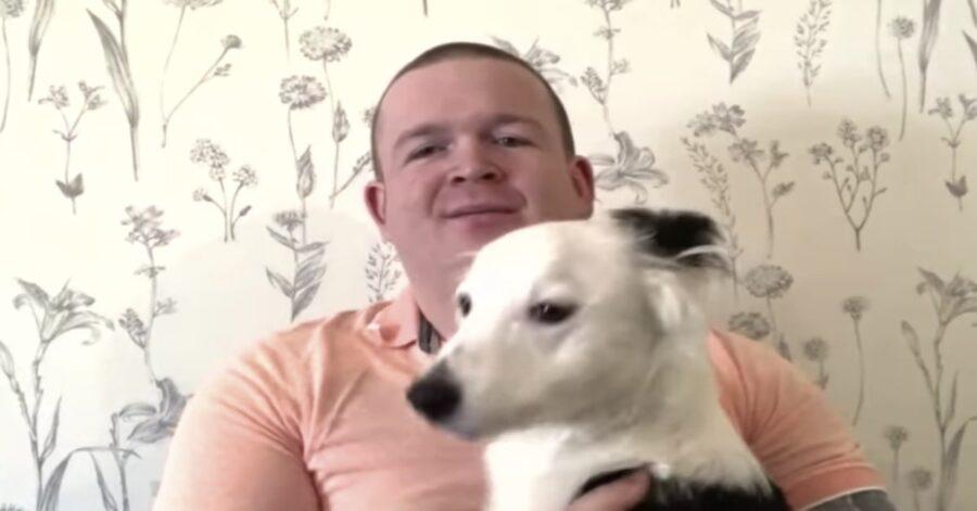 pubile con Rosie suo cane