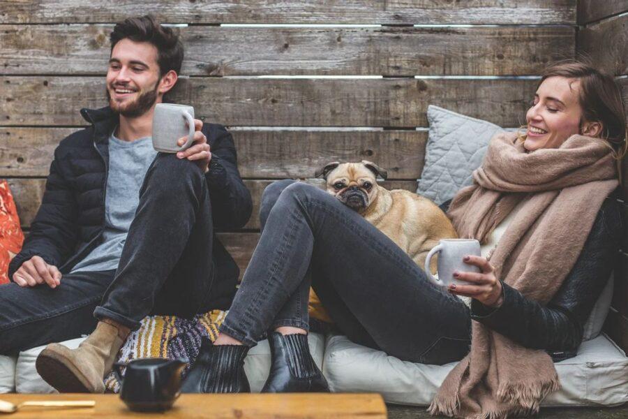 ragazzi sul divano col cane