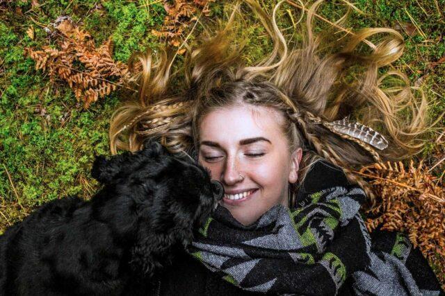 ragazza bionda con cane nero