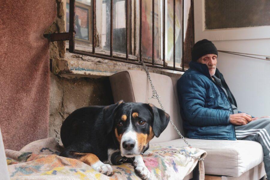 signore anziano con un cane