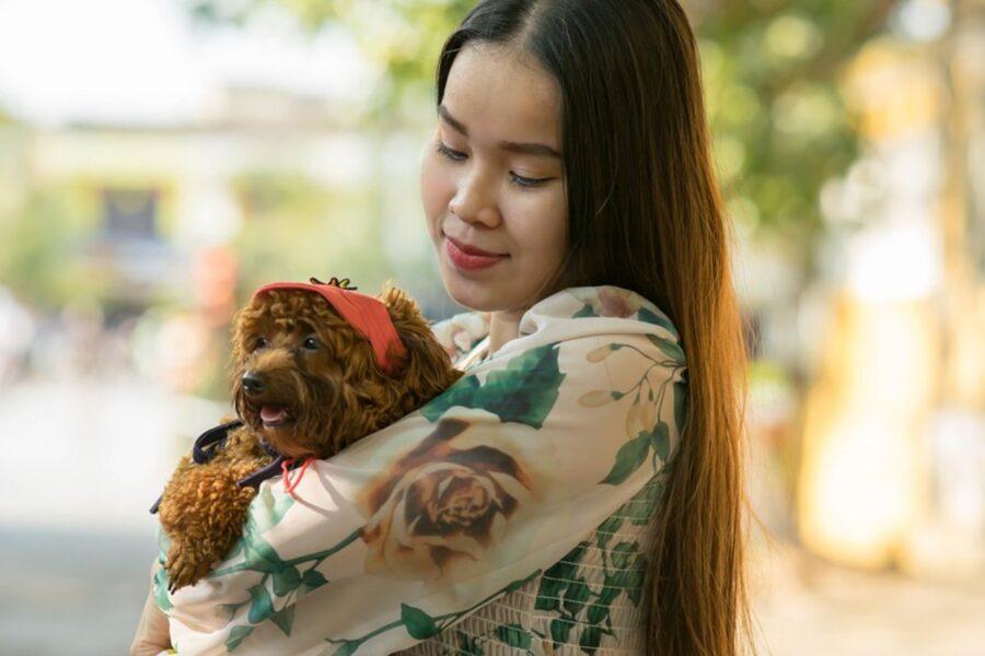 ragazza orientale con cagnolino