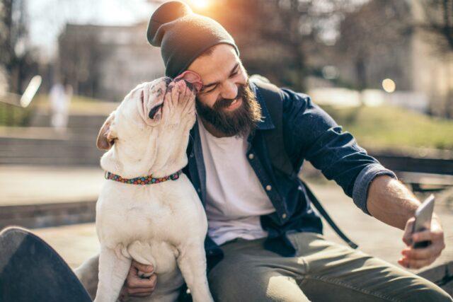uomo scatta selfie con cane