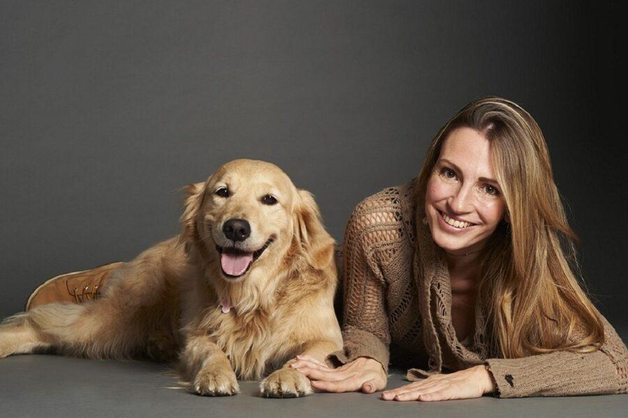 ragazza e cane labrador