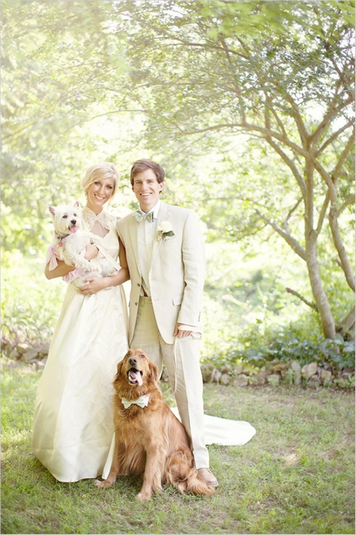 sposi con cane seduto e cane in braccio