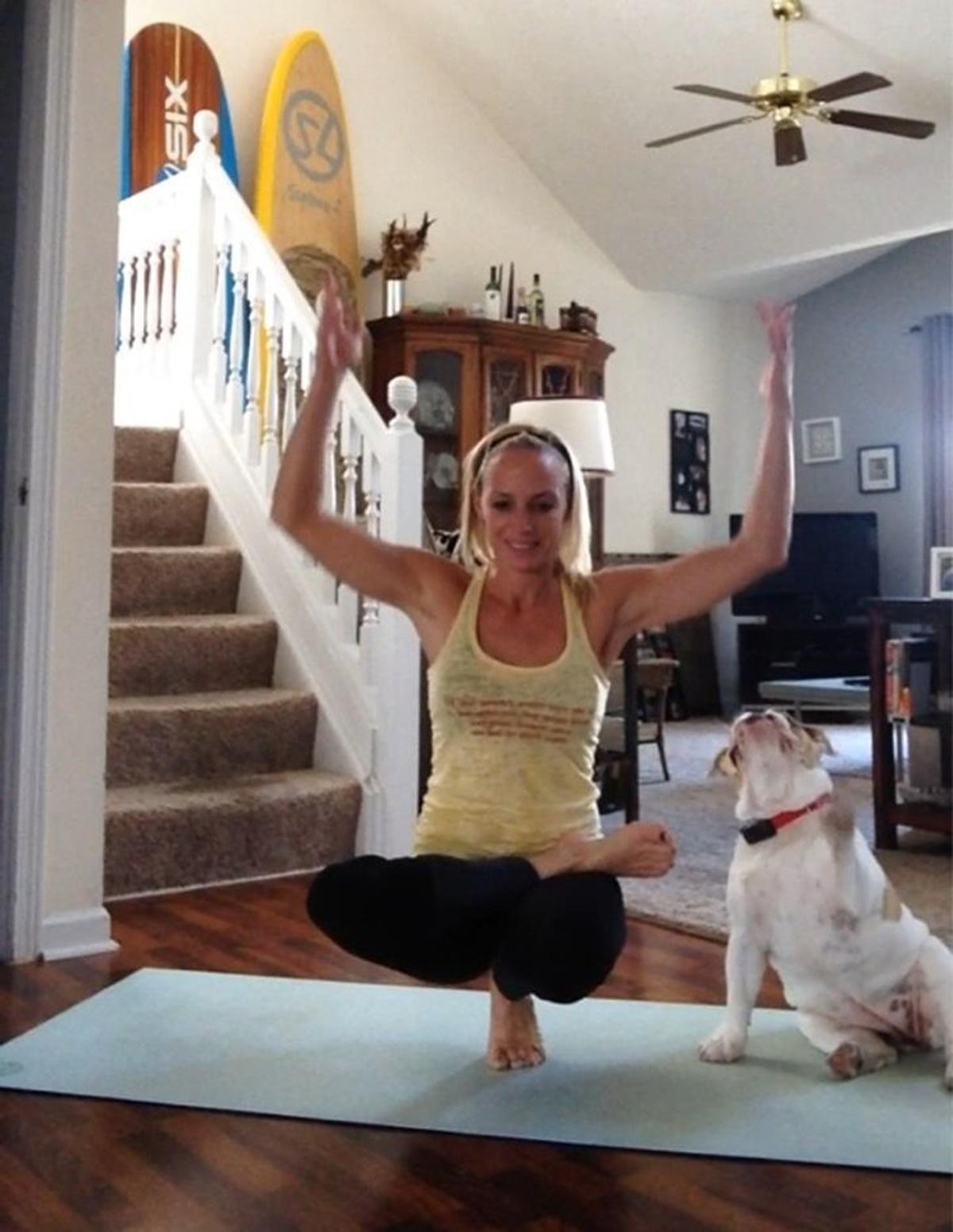 cane che prova a fare yoga