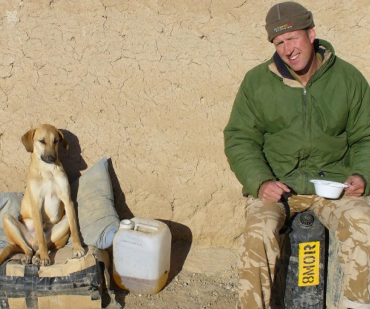 cane si riposa con soldato