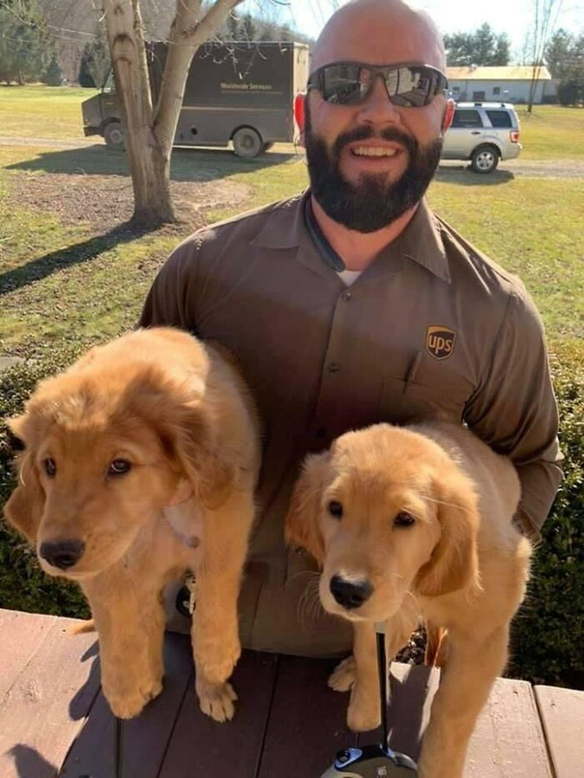 corriere con cagnolini in braccio