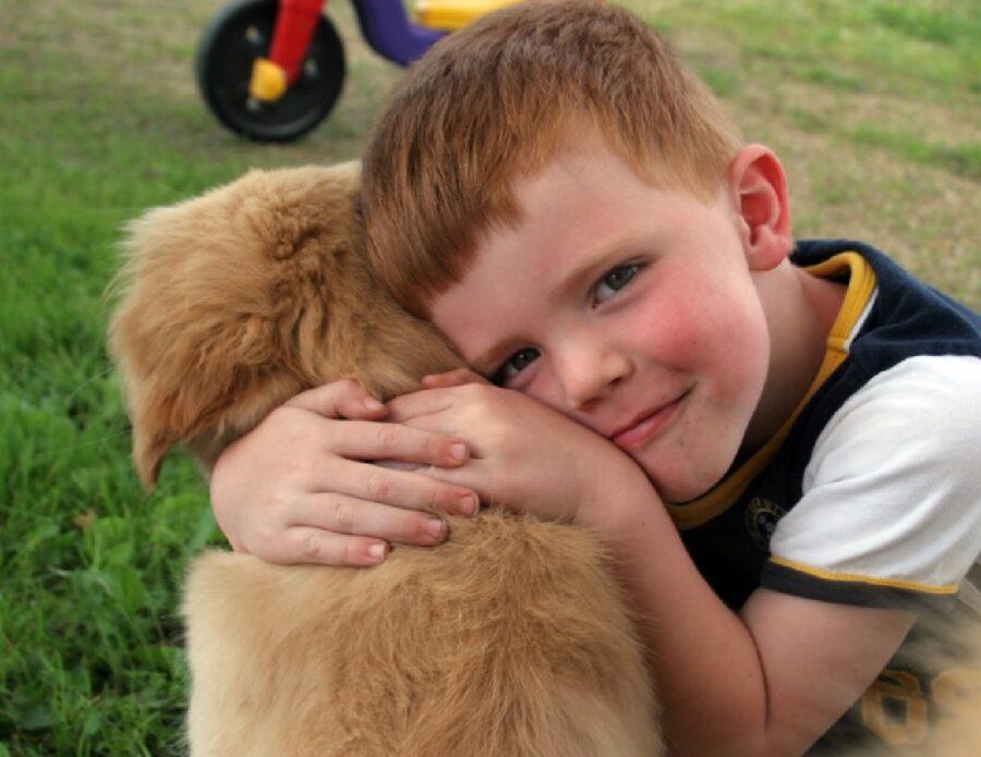 ragazzino amore per cucciolo