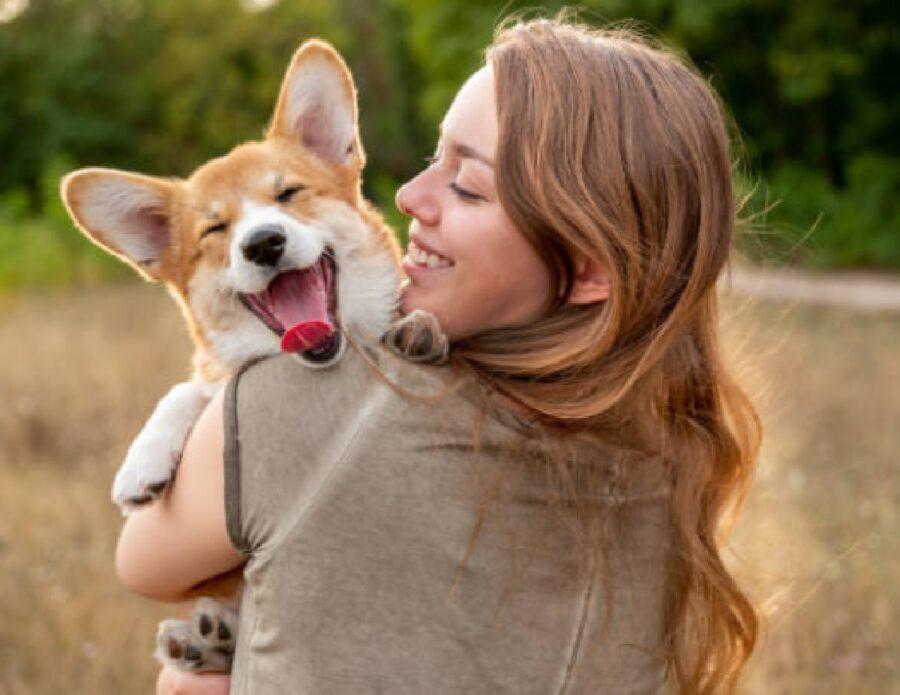 cane felice in braccia mamma