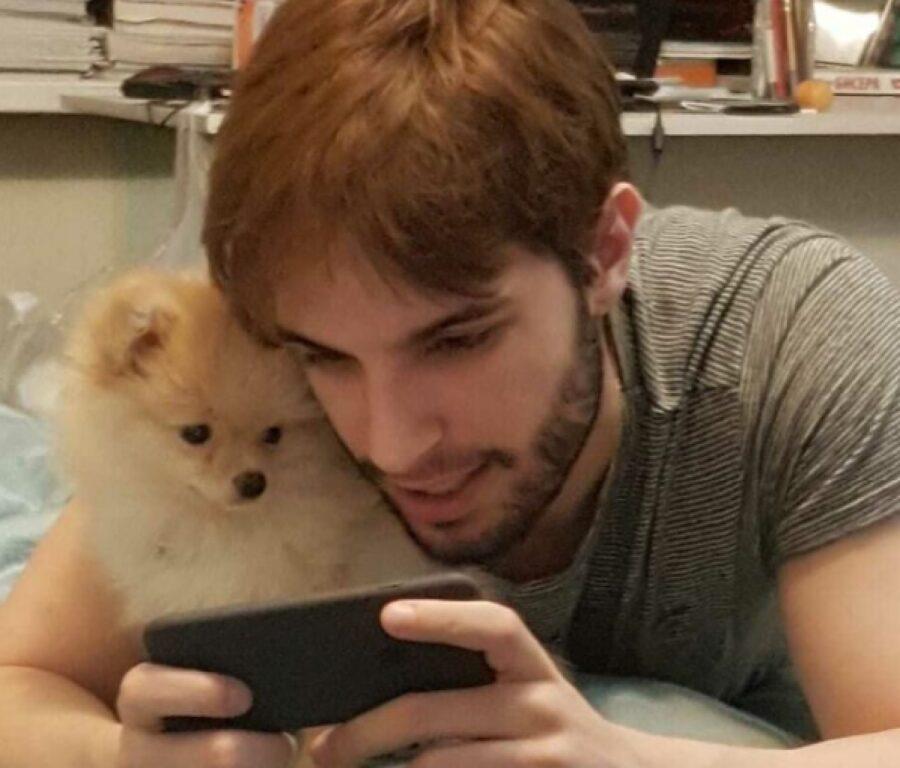 cane amante dei cellulari