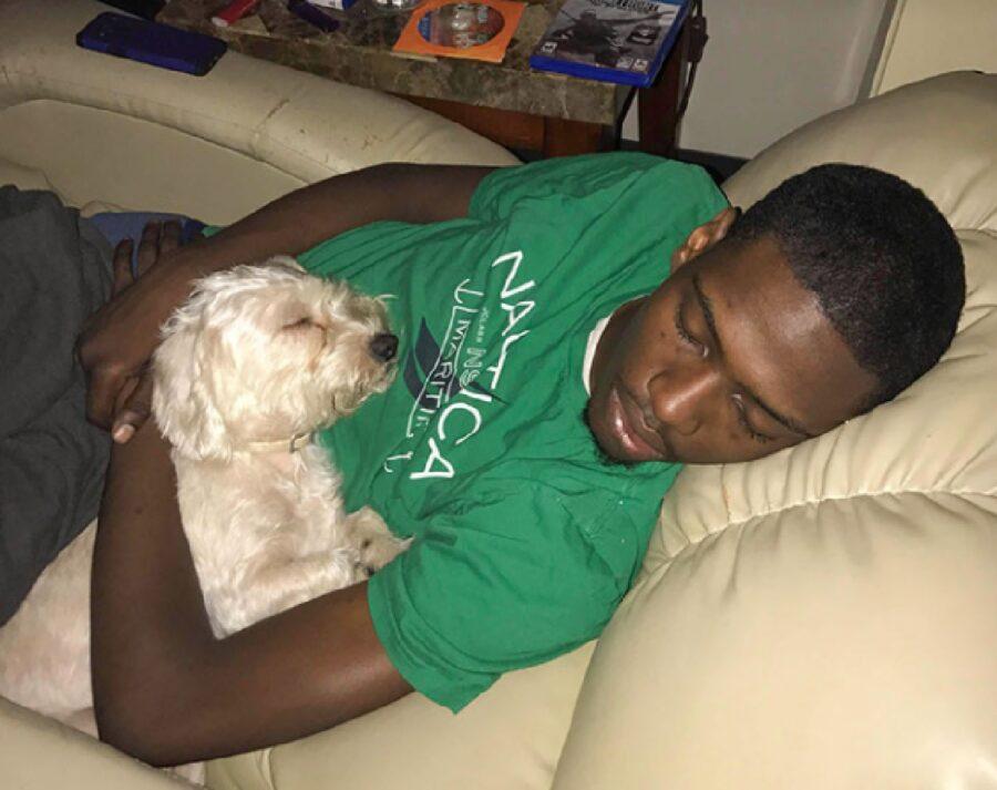 cane dorme vicino uomo