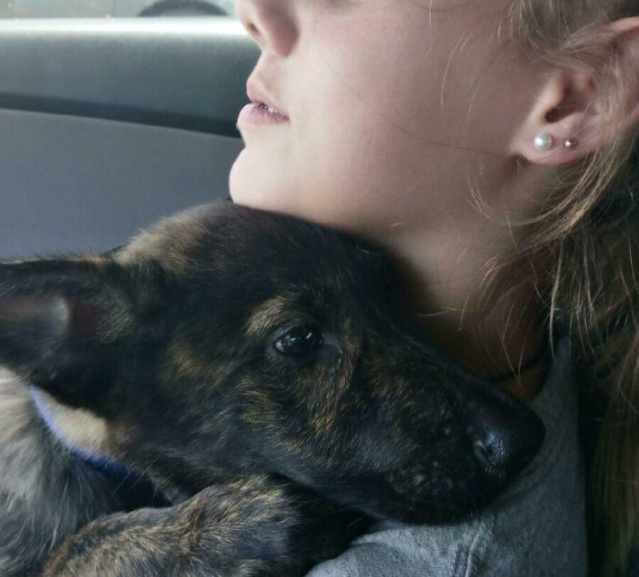 cane abbraccio ragazzina
