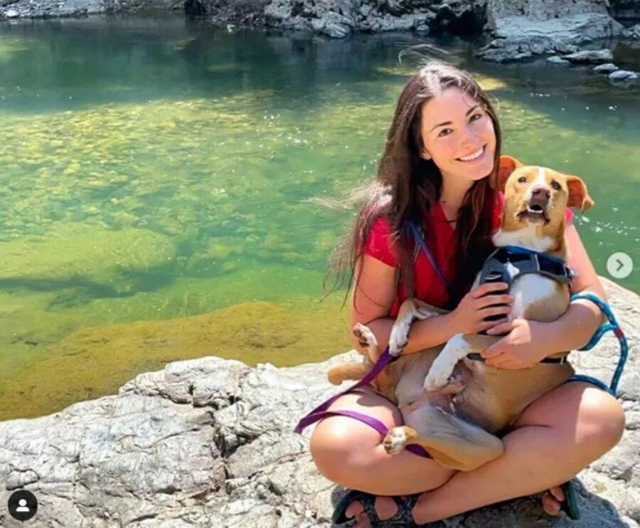 cane con padrona al lago