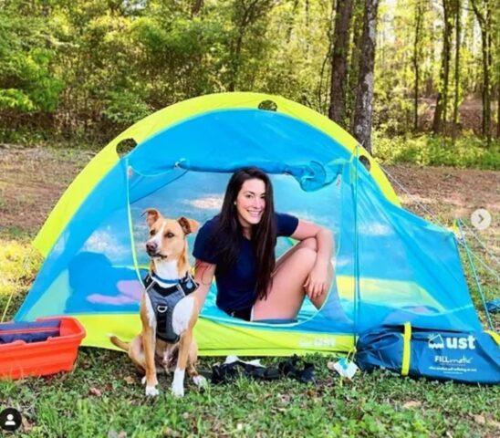 cane con proprietaria in tenda