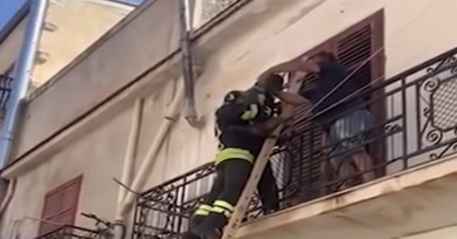 pompieri salvano cane abbandonato su un terrazzo