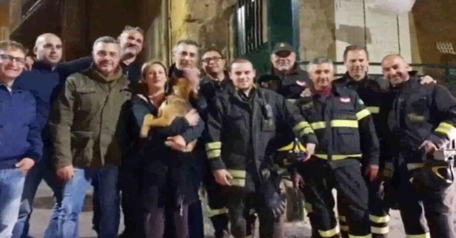 foto di gruppo dei pompieri con cane salvato