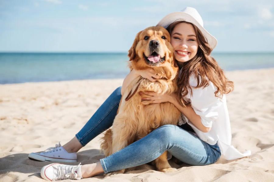 cane e ragazza in spiaggia