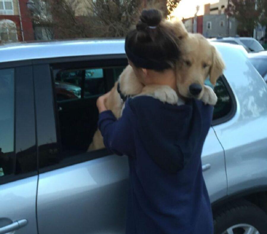 cane abbraccio prima di partenza