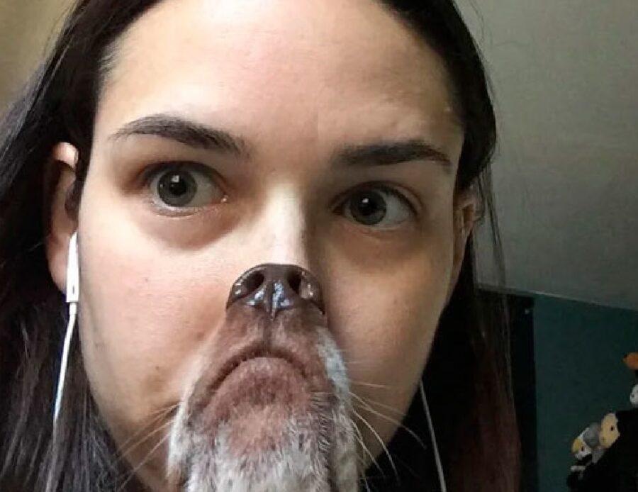 donna con muso da cane