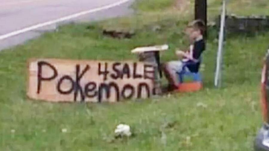 bambino vende le carte pokémon