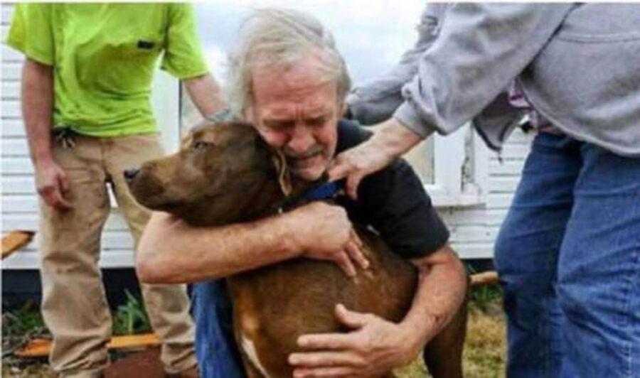 signore abbraccia cane