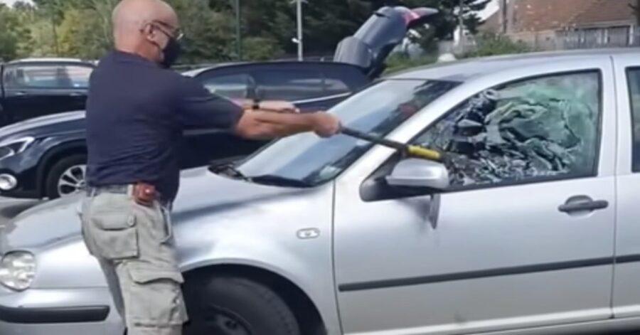 uomo rompe vetro della macchina per salvare cagnolino