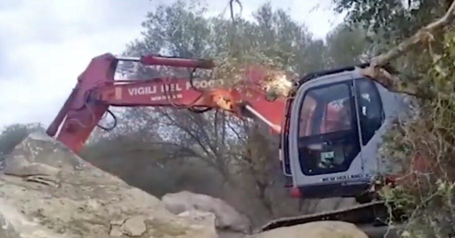 mezzo dei pompieri solleva un masso
