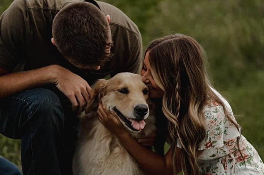 cane abbracciato dai proprietari