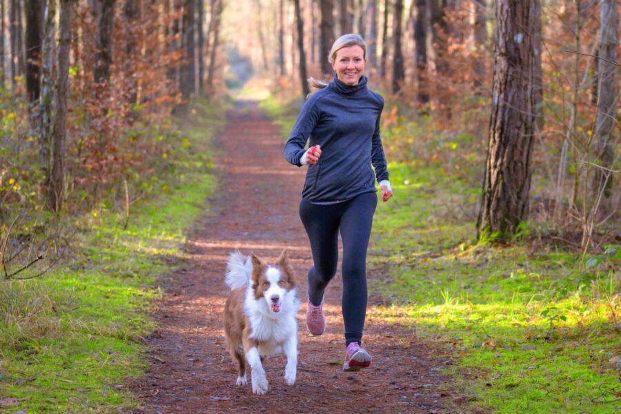 signora che corre col suo cane