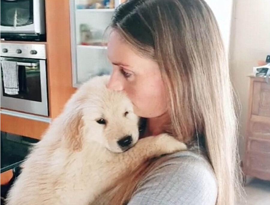 cucciolo di golden retriever con proprietaria