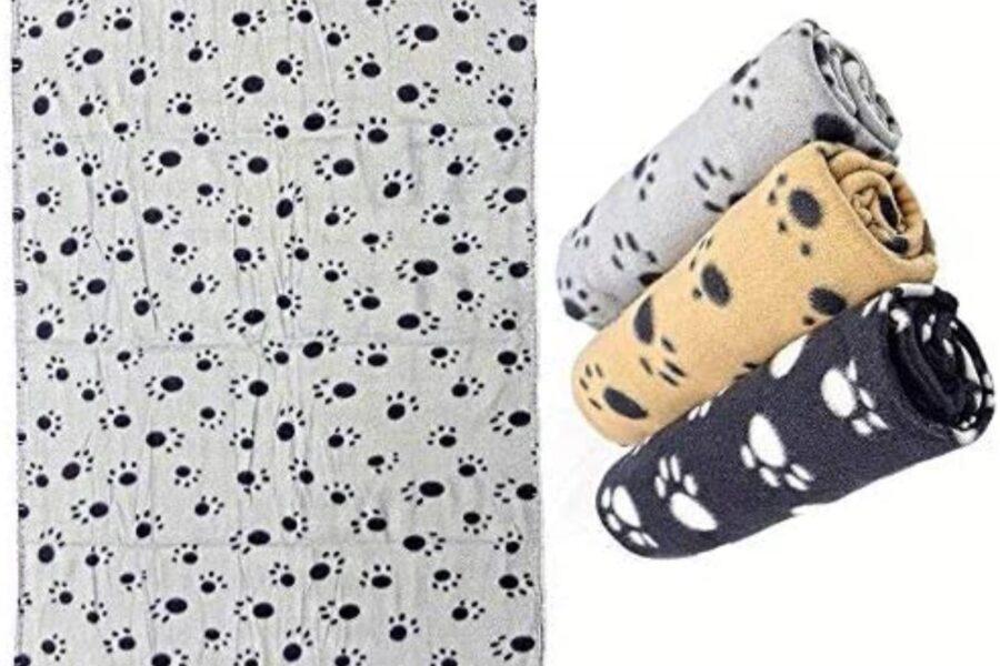 coperta con zampe stampate