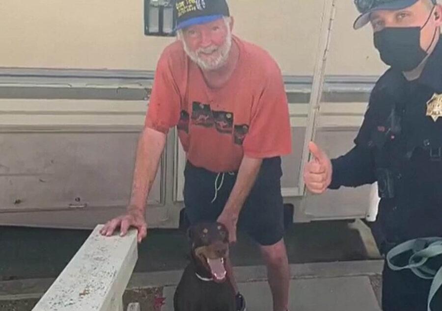 polizia riconsegna cane smarrito