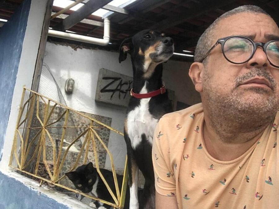 proprietario parla con il suo cane